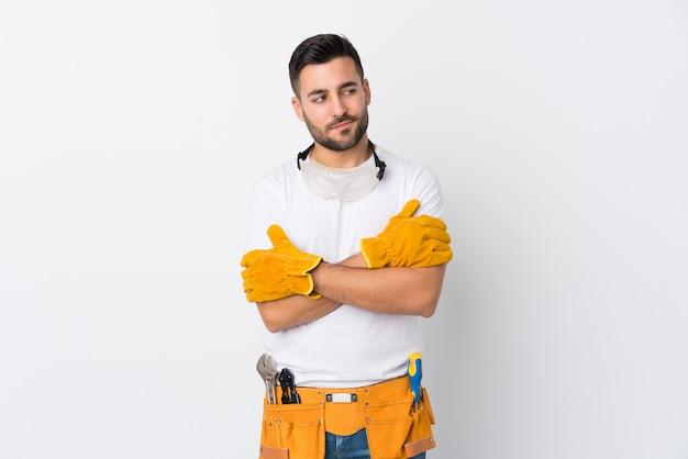 Ремесленники или электрик человек над белой стене, думая идею