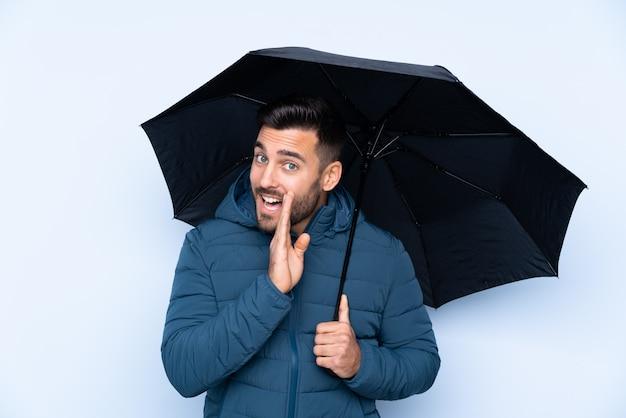 何かをささやく分離壁に傘を保持している男