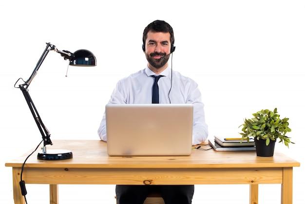 若い、ヘッドセットを使って作業する男