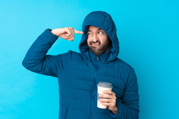 孤立した壁に冬のジャケットを着た男