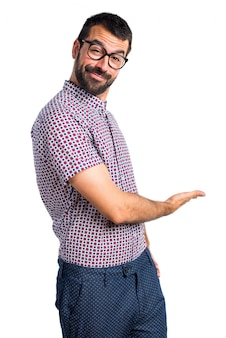 Человек с очками, представляющими что-то