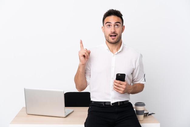 Человек на рабочем месте с ноутбуком