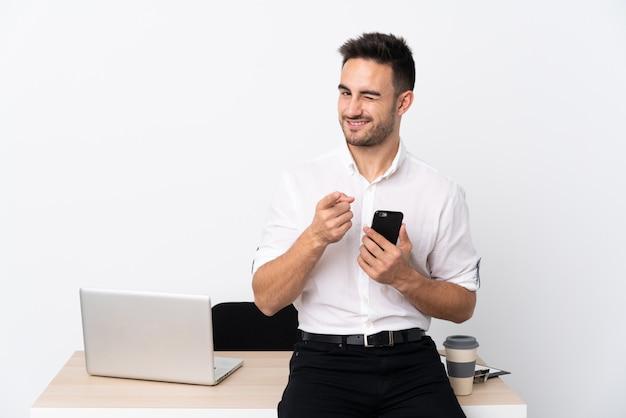 Деловой человек с бородой на рабочем месте