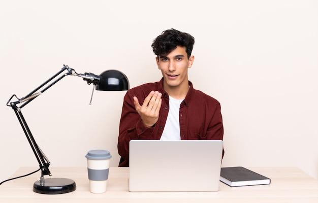 Студент человек на рабочем месте с ноутбуком