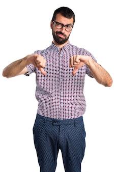 Человек с очками делает плохой сигнал