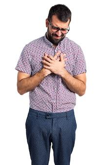 心臓の痛みを伴う眼鏡を持つ男