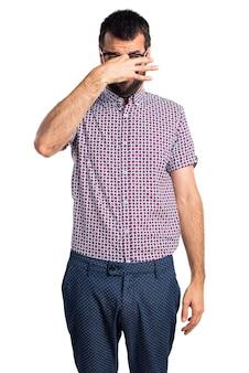 Человек в очках, делающий пахнущий плохим жестом