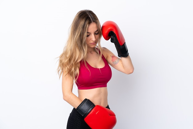 Молодая женщина спорта над изолированной белой стеной с боксерскими перчатками