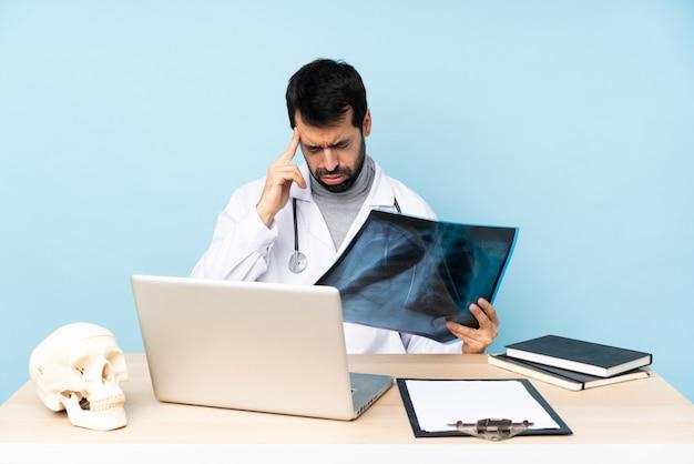 Профессиональный травматолог на рабочем месте с головной болью