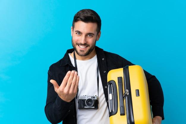 荷物を持つ若い旅行者男