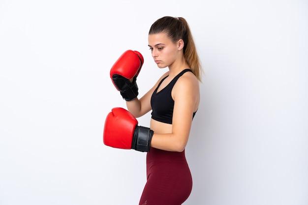 ボクシンググローブと分離の白い壁の上のティーンエイジャースポーツ女性