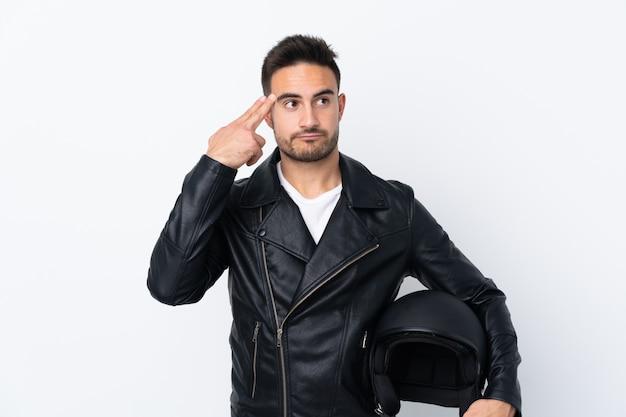 自殺ジェスチャーを作る問題とオートバイのヘルメットを持つ男