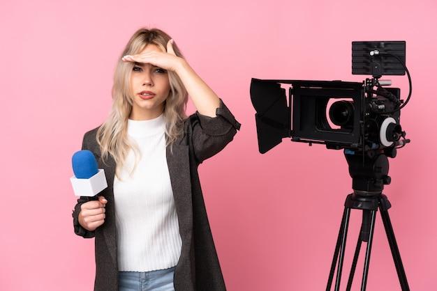 Репортер женщина над изолированной стеной