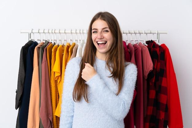勝利を祝って衣料品店の若い女性