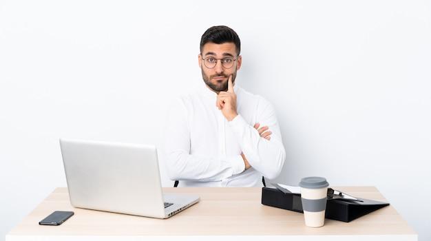 職場で若いビジネスマン