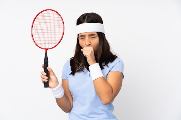 Молодая женщина игрок в бадминтон страдает от кашля и плохо себя чувствует