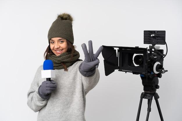 Репортер женщина, держащая микрофон и сообщая новости счастливы и считая три пальцами