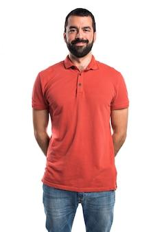 赤いポロシャツを着ている男