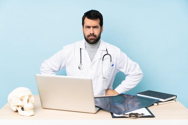 Профессиональный травматолог на рабочем месте злой