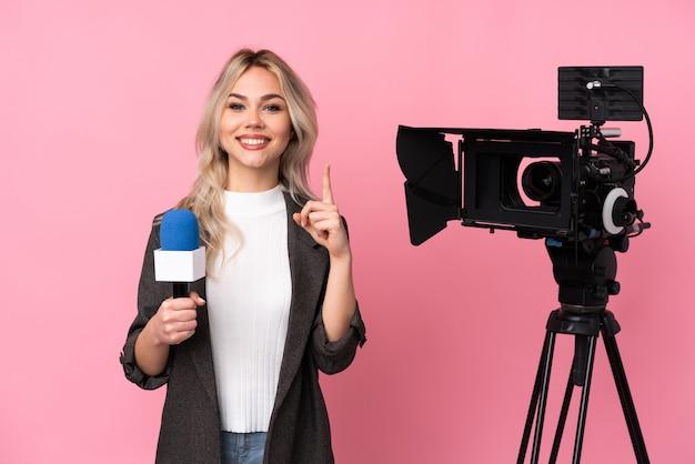 Репортер подросток женщина над изолированной стеной