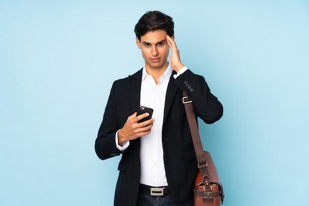 Бизнесмен недоволен и разочарован чем-то. негативное выражение лица