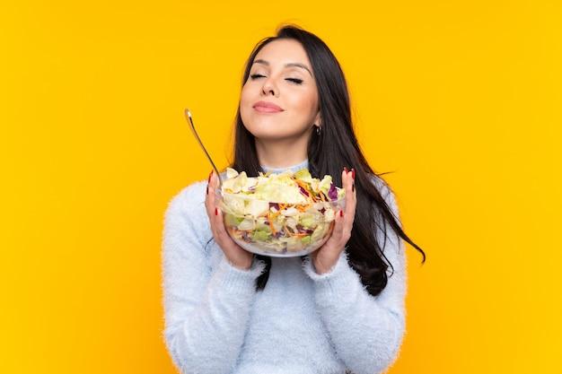 サラダを保持している若いコロンビアの女の子
