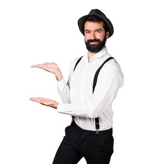 Человек-хипстер с бородой, представляющий что-то