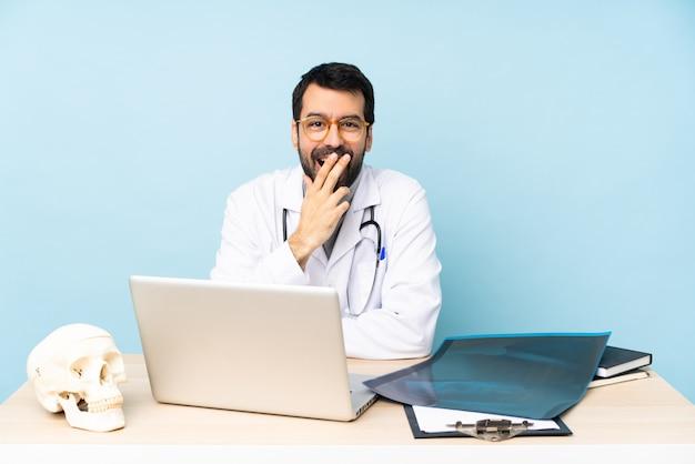 Профессиональный травматолог на рабочем месте в очках и удивлен