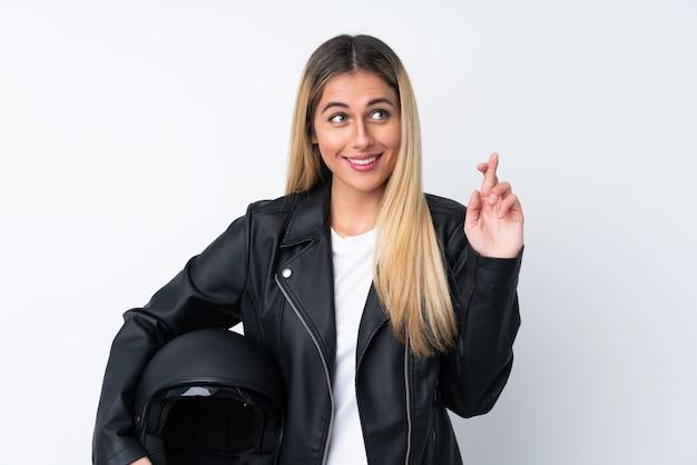 Молодая уругвайская женщина с мотоциклетным шлемом на белом фоне