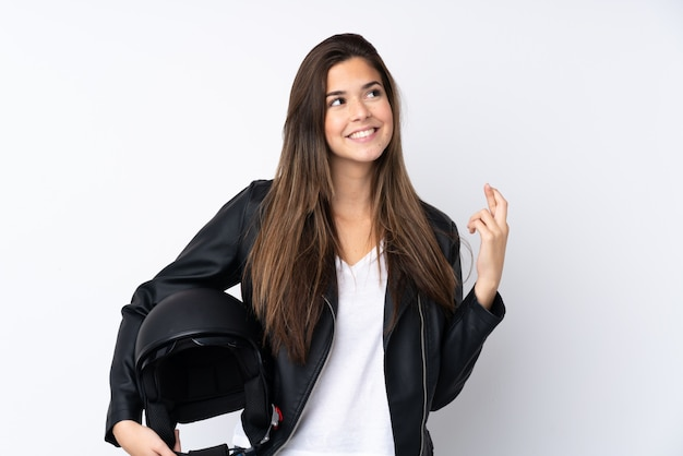 Молодая женщина с мотоциклетным шлемом на белом фоне