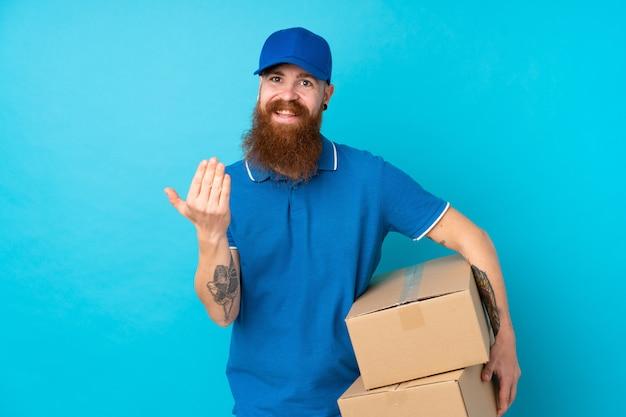 手で来ることを誘って分離の青い壁の上の赤毛の配達人。あなたが来て幸せ
