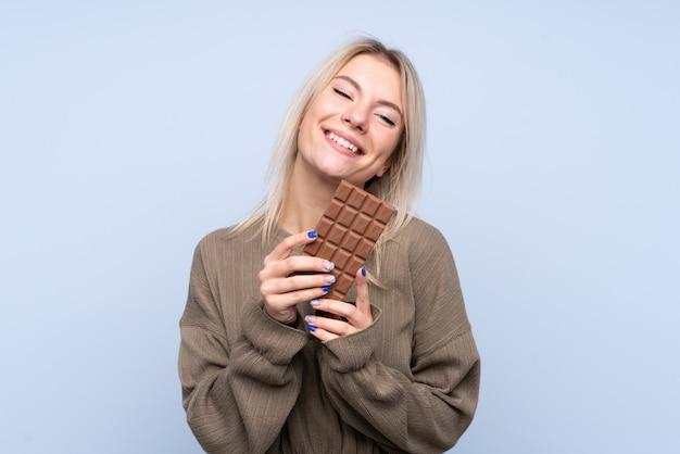 チョコレートを保持している若い女性