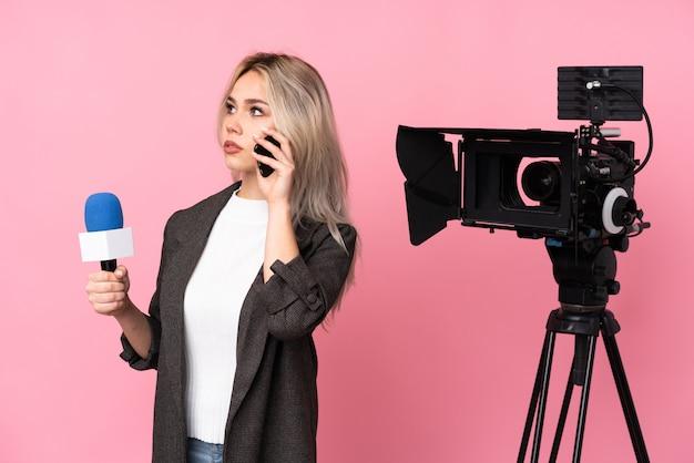 カメラを持つレポーター女性