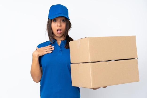 Доставка женщина держит коробку