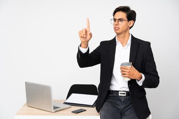 透明なスクリーンに触れる白い壁の上の彼のオフィスのビジネスマン