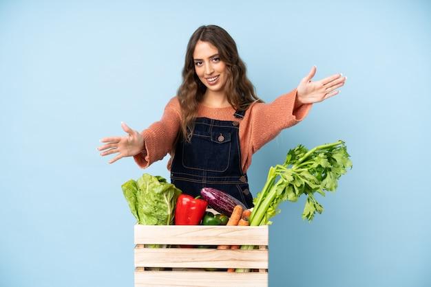 手で来ることを提示し、招待するボックスに新鮮な野菜を選んだ農家