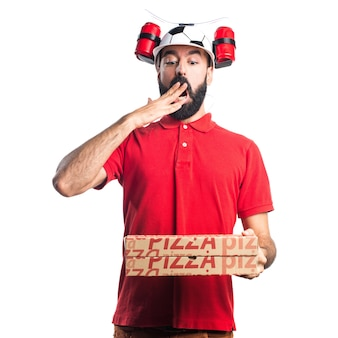 Человек доставки пиццы делает неожиданный жест