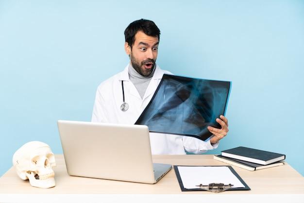 Профессиональный травматолог на рабочем месте с удивленным выражением лица
