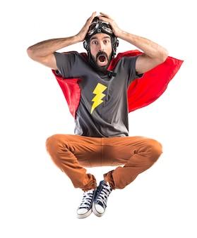 驚きのジェスチャーをしているスーパーヒーロー