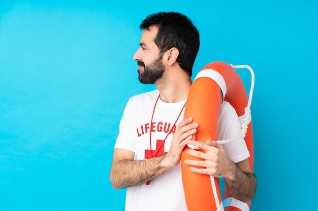 Спасатель человек над синим в боковом положении