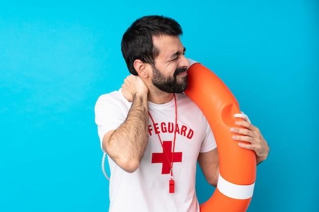 Спасатель человек над синей стеной с болью в шее