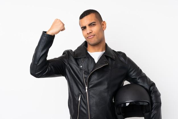 Молодой красавец с мотоциклетным шлемом на белом фоне, делая сильный жест