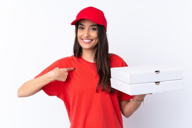 Женщина доставки пиццы держит пиццу на изолированной белой стене с удивленным выражением лица