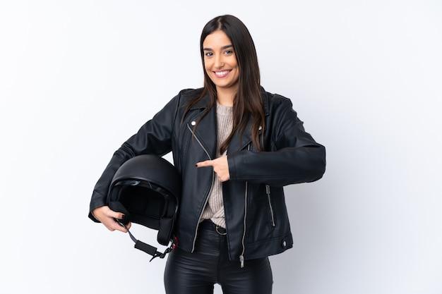 Молодая брюнетка с мотоциклетным шлемом на белом фоне