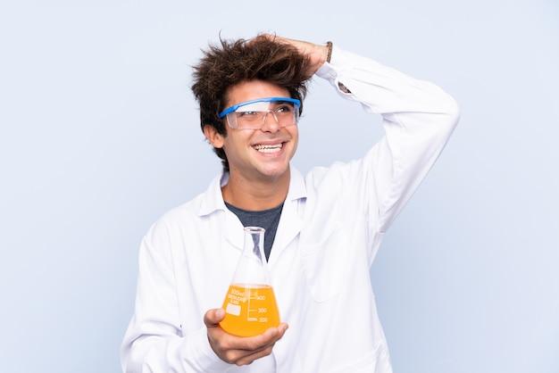 Молодой ученый над синими стенами
