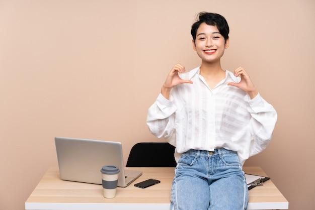 彼女の職場の誇りと自己満足の若いビジネスアジアの女の子