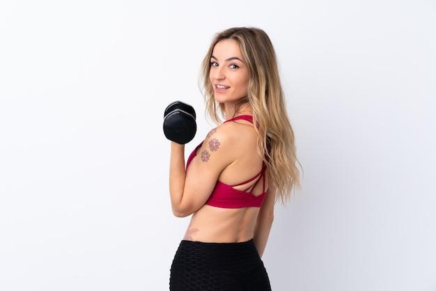 Молодая спортивная женщина делает тяжелую атлетику