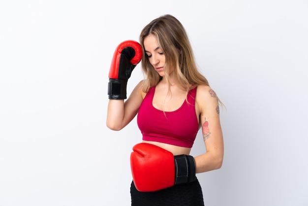 ボクシンググローブを持つ若いスポーツ女性