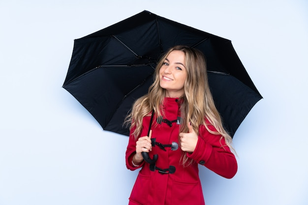 Молодая женщина с зимним пальто и с зонтиком на руках, потому что случилось что-то хорошее