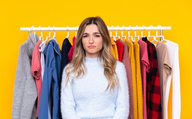 悲しい衣料品店の若い女性